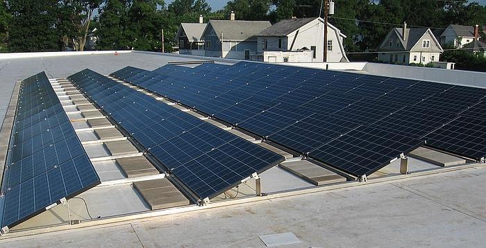 Panele fotowoltaiczne na płaskim dachu
